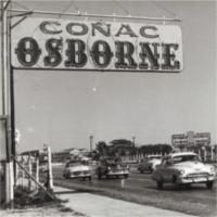 Foto de una valla publicitaria de coñac Osborne en La Habana